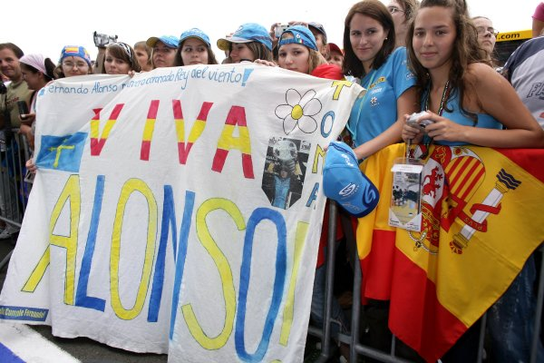 2006 Hungarian Grand Prix - Thursday PreviewHungaroring, Budapest, Hungary. 3rd - 6th August.Fans of Fernando Alonso, Renault R26.World Copyright: Charles Coates/LAT Photographicref: Digital Image ZK5Y2717