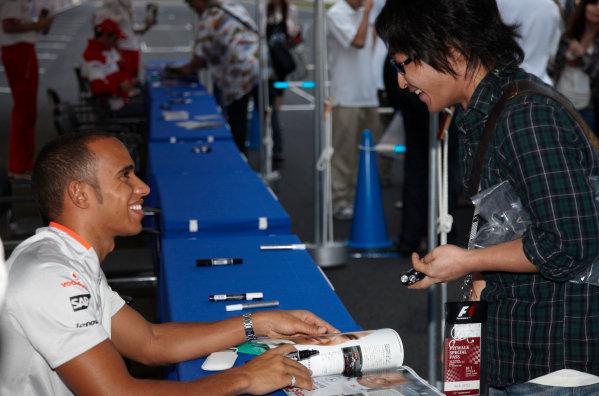Suzuka Circuit, Suzuka, Japan. 1st October 2009. Lewis Hamilton, McLaren MP4-24 Mercedes, signs some autographs for fans. Atmosphere. Portrait.  World Copyright: Steve Etherington/LAT Photographic ref: Digital Image SNE29844