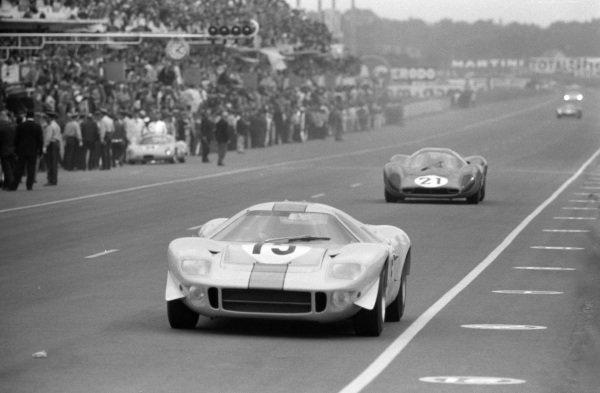 Brian Muir / Jacky Ickx, John Wyer Automotive Engineering, Mirage Mk1-Ford, leads Ludivico Scarfiotti / Mike Parkes, Scuderia Ferrari, Ferrari 330P4.