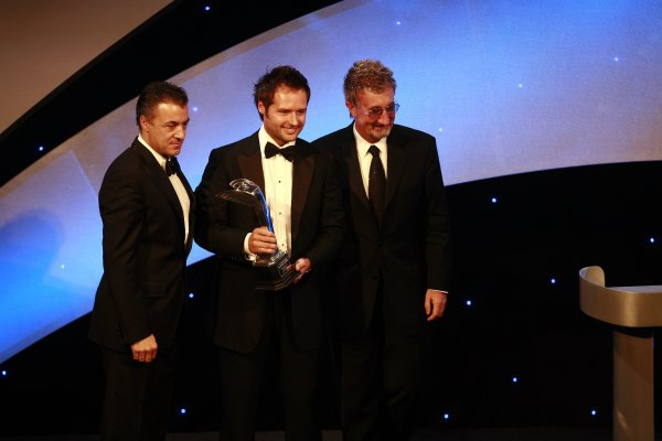 2006 Autosport AwardsGrosvenor House Hotel, London. 3rd December 2006.Andy Priaulx receives the Gregor Grant Award from Jean Alesi and Eddie Jordan.World Copyright: Malcolm Griffiths/LAT Photographicref: Digital Image _MG_2526