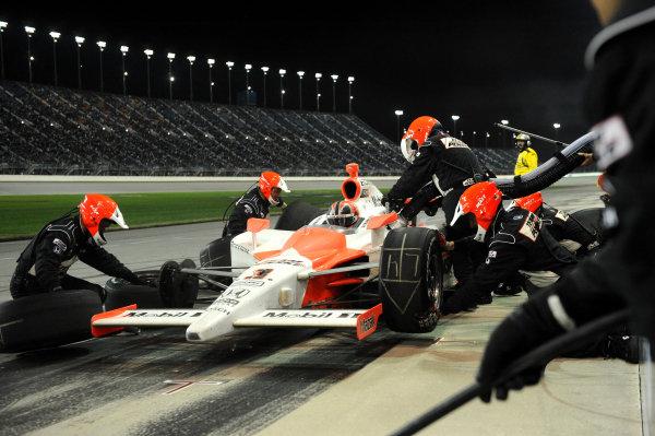 Helio Castroneves (BRA) Team Penske makes a pit stop. IndyCar Series, Rd15, Peak Anti Freeze 300, Chicagoland Speedway, Joliet, Illinois, USA, 29-30 August 2009.