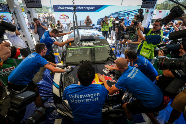 2016 FIA World Rally Championship, Round 14, Rally Australia, November 17-20, 2016, Andreas Mikkelsen, Volkswagen, celebration Worldwide Copyright: McKlein/LAT