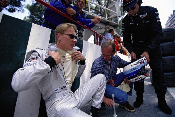 Mika Hakkinen and Jo Ramirez of McLaren prepare for the race.