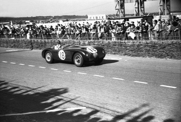 Le Mans, France. 13-14 June 1953.Tony Rolt/ Duncan Hamilton (Jaguar XK120 C), 1st position, action.World Copyright: LAT PhotographicRef: B/W Print