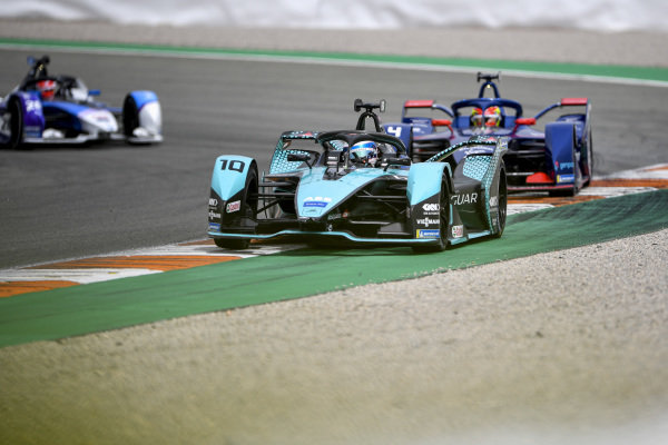 Sam Bird (GBR), Jaguar Racing, Jaguar I-TYPE 5, leads Robin Frijns (NLD), Envision Virgin Racing, Audi e-tron FE07