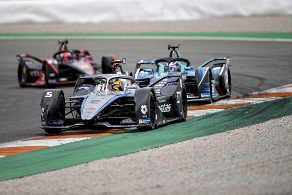 Stoffel Vandoorne (BEL), Mercedes Benz EQ, EQ Silver Arrow 02, leads Tom Blomqvist (GBR), NIO 333, NIO 333 001, and Sebastien Buemi (CHE), Nissan e.Dams, Nissan IMO2