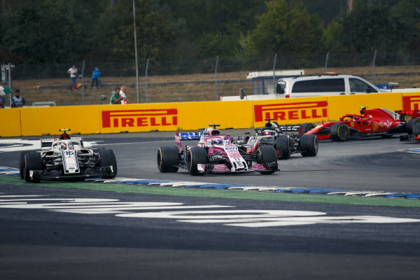 Charles Leclerc (MON) Alfa Romeo Sauber C37 and Sergio Perez (MEX) Force India VJM11 battle