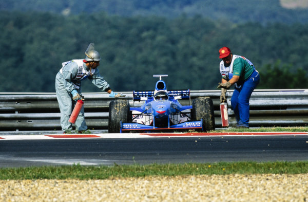 Marshals assist the beached Giancarlo Fisichella, Benetton B198 Playlife.