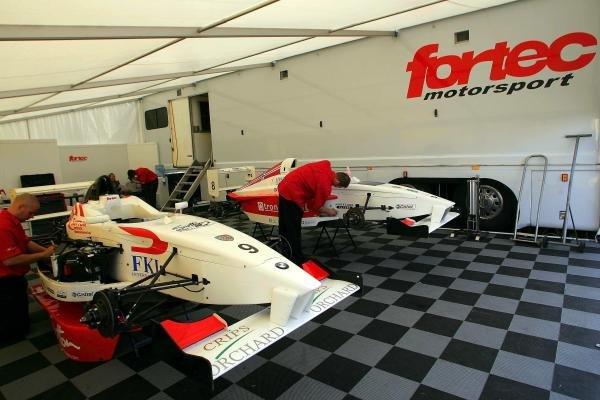 The teams prepare in the awnings.Formula BMW UK Championship, Rockingham, England, 4-5 September 2004.DIGITAL IMAGE.