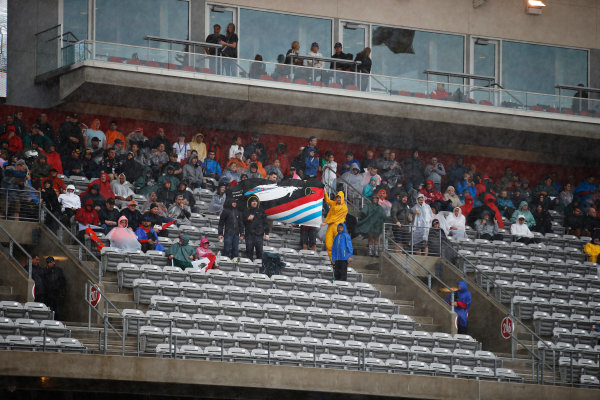 Circuit of the Americas, Austin, Texas, United States of America. Saturday 24 October 2015. Fans wait for qualifying in the rain. World Copyright: Glenn Dunbar/LAT Photographic. ref: Digital Image _89P4791
