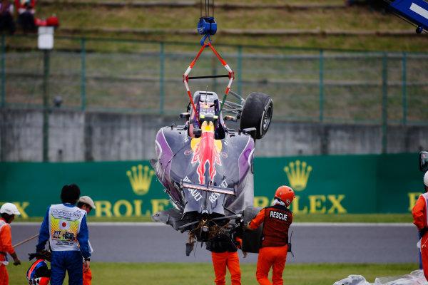 Suzuka Circuit, Suzuka, Japan. Saturday 26 September 2015. Marshals remove the wreckage in the aftermath of a crash for Daniil Kvyat, Red Bull Racing RB11 Renault. World Copyright: Glenn Dunbar/LAT Photographic. ref: Digital Image _W2Q1237