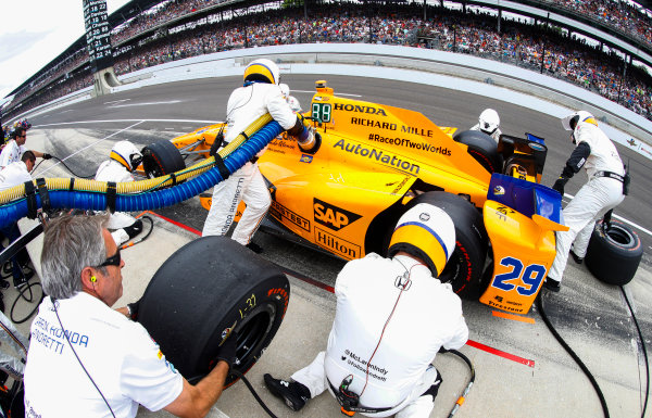 Verizon IndyCar Series Indianapolis 500 Race Indianapolis Motor Speedway, Indianapolis, IN USA Sunday 28 May 2017 Fernando Alonso, McLaren-Honda-Andretti Honda, makes a pit stop. World Copyright: Steven Tee/LAT Images ref: Digital Image _R3I8705