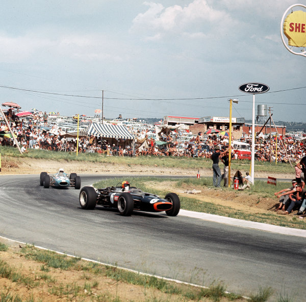 Kyalami, South Africa.31/12/66-2/1/1967.Mike Spence (BRM P83) leads Bob Anderson (Brabham BT11 Climax). Anderson finished in 5th position.Ref-3/2501.World Copyright - LAT Photographic