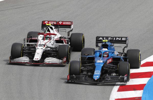 Esteban Ocon, Alpine A521, leads Antonio Giovinazzi, Alfa Romeo Racing C41