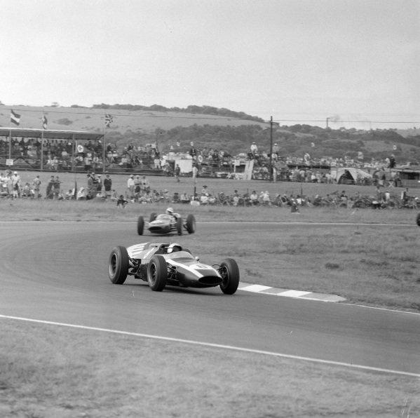 Bruce McLaren, Cooper T60 Climax, leads Neville Lederle, Lotus 21 Climax.