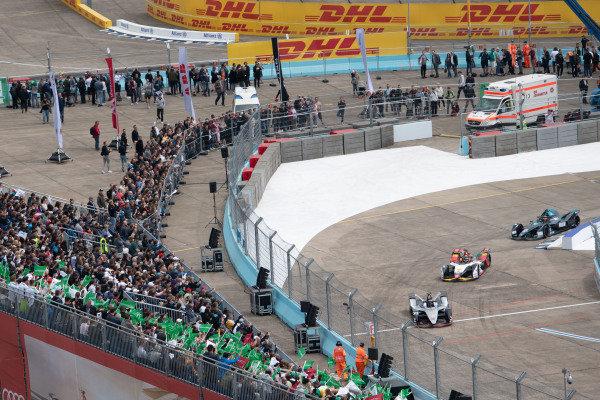 Oliver Rowland (GBR), Nissan e.Dams, Nissan IMO1, leads Lucas Di Grassi (BRA), Audi Sport ABT Schaeffler, Audi e-tron FE05, and Stoffel Vandoorne (BEL), HWA Racelab, VFE-05