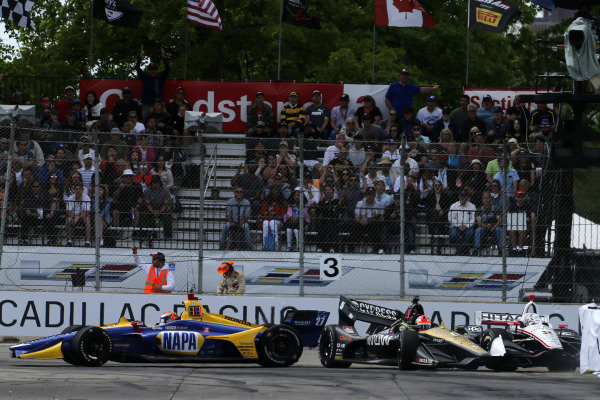 Josef Newgarden, Team Penske Chevrolet, James Hinchcliffe, Arrow Schmidt Peterson Motorsports Honda, Alexander Rossi, Andretti Autosport Honda crash in turn three