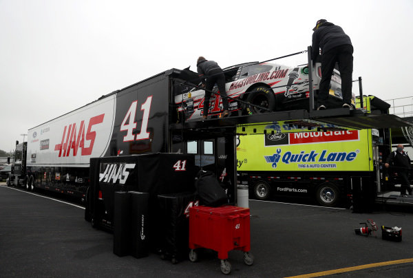 Crew members unload the car of Cole Custer, Stewart-Haas Racing Ford HaasTooling.com in the garage area, Copyright: Chris Graythen/Getty Images.