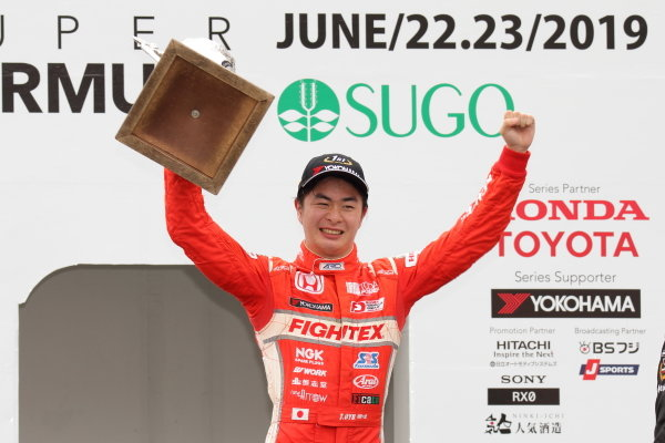 Rd10 Winner Toshiki Oyu, TODA FIGHTEX Dallara F319 Toda, celebrates on the podium