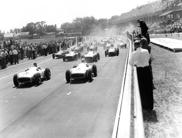 Aintree, England.14-16 July 1955.Juan Manuel Fangio leads Stirling Moss, Karl Kling, Piero Taruffi (all Mercedes-Benz W196) at the start. They finished in 2nd, 1st, 3rd and 4th positions respectively.Ref-Autocar C44157.World Copyright - LAT Photographic
