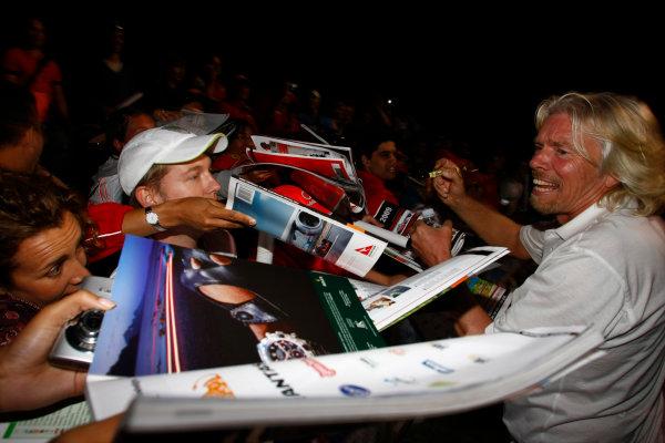 Albert Park, Melbourne, Australia29th March 2009.Sir Richard Branson signs some autographs. Portrait. Atmosphere. World Copyright: Charles Coates/LAT Photographicref: Digital Image _26Y0913