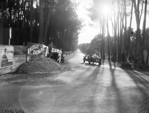 Maurice Harvey / Harold Purdy, Alvis FA FWD, passes the crashed Francis Samuelson / Frank King, F. E. Metcalfe, Lagonda OH 2L Speed.