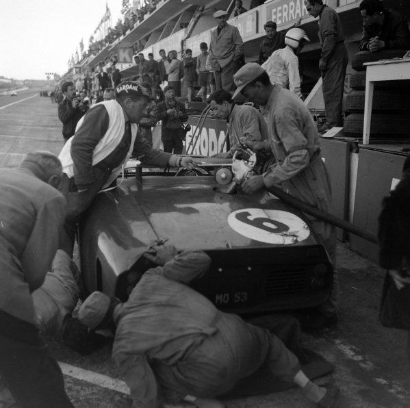Olivier Gendebien / Phil Hill, SpA Ferrari SEFAC, Ferrari 330 TRI/LM (Spyder), makes a pitstop.