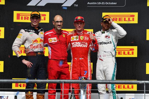 (L až R): Max Verstappen, Red Bull Racing, Carlo Santi, Ferrari Race Engineer, Víťaz Kimi Raikkonen, Ferrari a Lewis Hamilton, Mercedes AMG F1 oslavujú na pódiu