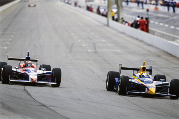 Buddy Rice, Cheever Racing, Dallara IR-03 Chevrolet, battles with Robby Gordon, Andretti Green Racing, Dallara IR-03 Honda.