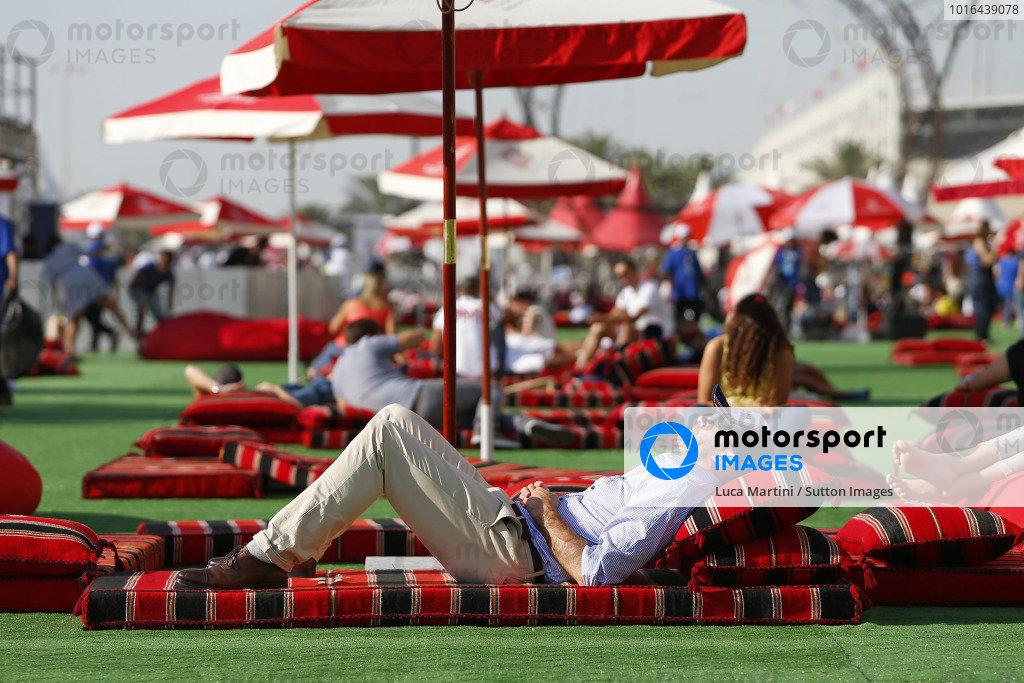 Fans and atmosphere at Formula One World Championship, Rd2, Bahrain Grand Prix Race, Bahrain International Circuit, Sakhir, Bahrain, Sunday 3 April 2016.