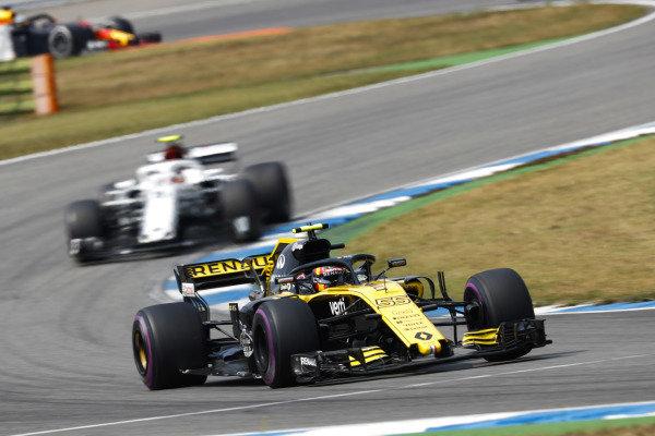 Carlos Sainz Jr., Renault Sport F1 Team R.S. 18, leads Charles Leclerc, Sauber C37 Ferrari.