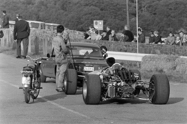 Engineers with the car of John Surtees, Honda RA273, retired.