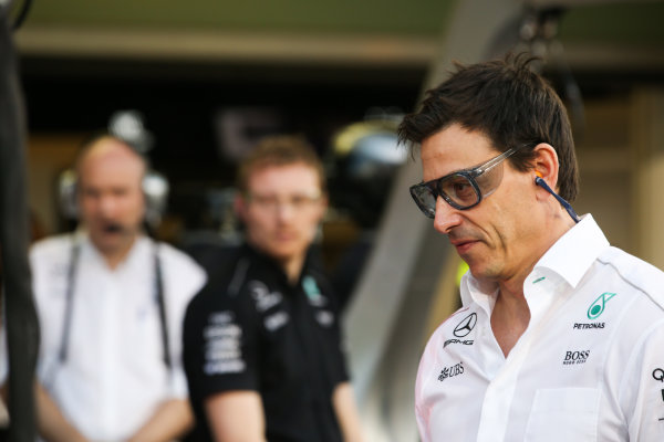 Yas Marina Circuit, Abu Dhabi, United Arab Emirates. Thursday 23 November 2017. Toto Wolff, Executive Director (Business), Mercedes AMG, joins in with the practice pitstops. World Copyright: Charles Coates/LAT Images  ref: Digital Image AN7T0234