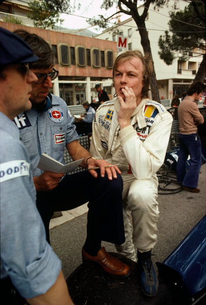 Monte Carlo, Monaco. 20-22 May 1977. Ronnie Peterson (Tyrrell P34 Ford), retired, with Ken Tyrrell in the pits, portrait.  World Copyright: LAT Photographic. Ref:  77MON61