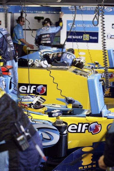 2006 Japanese Grand Prix - Saturday Qualifying Suzuka, Japan. 5th - 8th October 2006 Fernando Alonso, Renault R26, garage. World Copyright: Charles Coates/LAT Photographic. ref: Digital Image ZK5Y6874