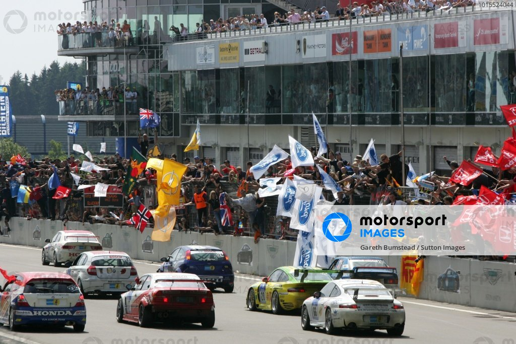 Lucas Luhr (GER) / Timo Bernhard (GER) / Mike Rockenfeller (GER) / Marcel Tiemann (MON) Manthey Racing Porsche 996 GT3-MR crosses the line to win the race whilst surrounded by many other cars. Nurburgring 24 Hour Race, Nurburgring, Germany 17-18 June 2006 DIGITAL IMAGE