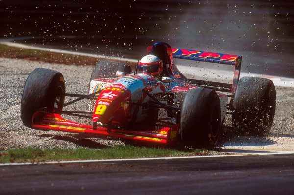 Monza, Italy.8-10 September 1995.Massimiliano Papis (Footwork FA16 Hart) 7th position, takes a trip through the gravel trap.Ref-95 ITA 01.World Copyright - LAT Photographic