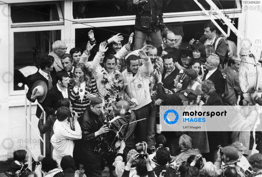 Le Mans, France. 10-11 June 1972.Henri Pescarolo/Graham Hill (Matra-Simca MS670), 1st position, podium.World Copyright: LAT Photographic.Ref: B/W Print.