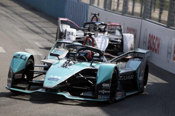 Mitch Evans (NZL), Jaguar Racing, Jaguar I-TYPE 5, leads Andre Lotterer (DEU), Tag Heuer Porsche, Porsche 99X Electric