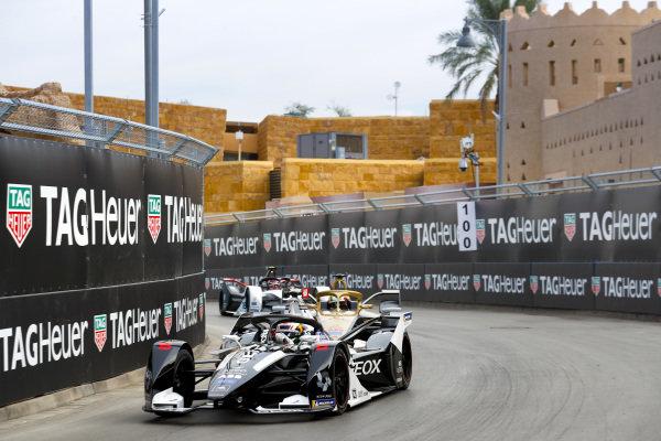 Brendon Hartley (NZL), GEOX Dragon, Penske EV-4 leads Antonio Felix da Costa (PRT), DS Techeetah, DS E-Tense FE20 and Neel Jani (CHE), Tag Heuer Porsche, Porsche 99x Electric