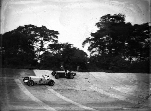 R. J. Munday, Munday Special, leads R. L. Duller, Bugatti.