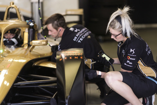 Andre Lotterer (DEU), DS TECHEETAH, DS E-Tense FE19 engineers work on his car