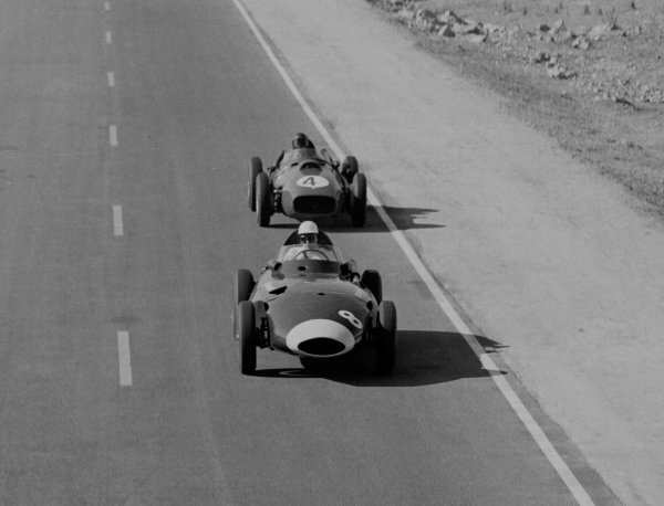 1958 Moroccan Grand Prix.Ain-Diab, Casablanca, Morocco.17-19 October 1958.Stirling Moss (Vanwall VW5) leads Phil Hill (Ferrari Dino 246). They finished in 1st and 3rd positions respectively.World Copyright - LAT Photographic