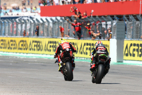 Alvaro Bautista, Aruba.it Racing-Ducati Team, Jonathan Rea, Kawasaki Racing Team over the line.