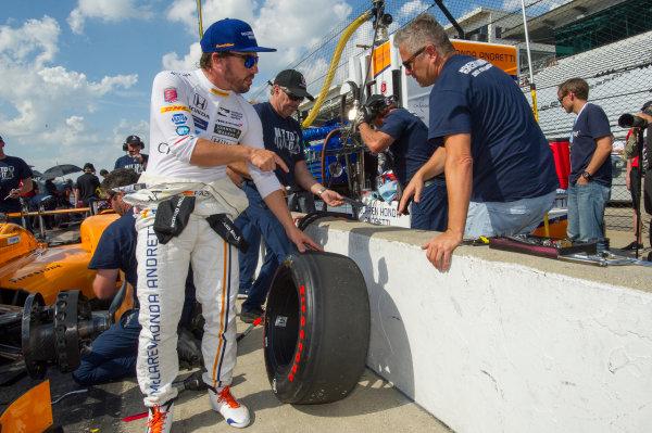 Verizon IndyCar Series Indianapolis 500 Practice Indianapolis Motor Speedway, Indianapolis, IN USA Thursday 18 May 2017 Fernando Alonso, McLaren-Honda-Andretti Honda examines tire with Gil de Ferran World Copyright: Geoffrey M. Miller LAT Images