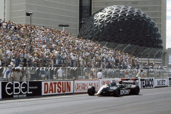 1982 Las Vegas Grand Prix.Caesars Palace, United States. 25 September 1982.Michele Alboreto, Tyrrell 011-Ford, 1st position, action.World Copyright: LAT PhotographicRef: 35mm transparency 82LV13