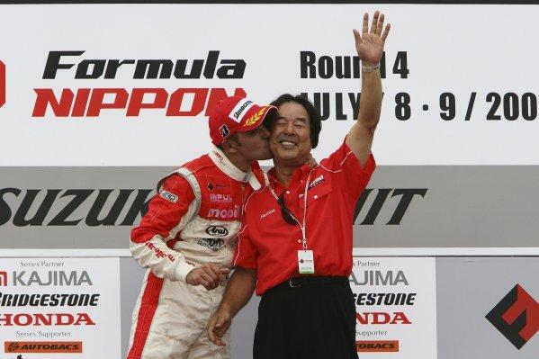2006 Formula Nippon ChampionshipSuzuka, Japan. 8th - 9th July 2006Race winner Benoit Treluyer (Mobilcast IMPUL), 1st position. With team director Kazuyoshi Hoshino. Portrait.World Copyright: Yasushi Ishihara/LAT Photographicref: Digital Image 2006FN_R4_007