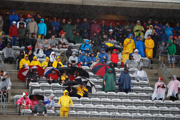 Circuit of the Americas, Austin, Texas, United States of America. Saturday 24 October 2015. Fans wait for qualifying to start in the rain. World Copyright: Glenn Dunbar/LAT Photographic. ref: Digital Image _89P4757