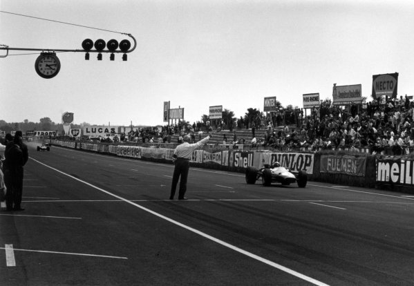 1967 French Grand Prix.Le Mans-Bugatti, France. 2 July 1967.Jack Brabham, Brabham BT24-Repco, 1st position, one lap from the finish, action.World Copyright: LAT PhotographicRef: 1618 #36A