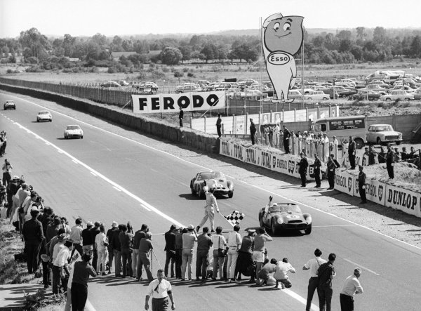 Race winners Phil Hill (USA) / Olivier Gendebien (BEL) Ferrari 330 TRI/LM #6 cross the line at the end of the race.